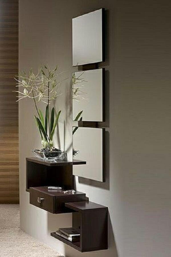 Conjunto de 3 espelhos quadrados decoram esse ambiente