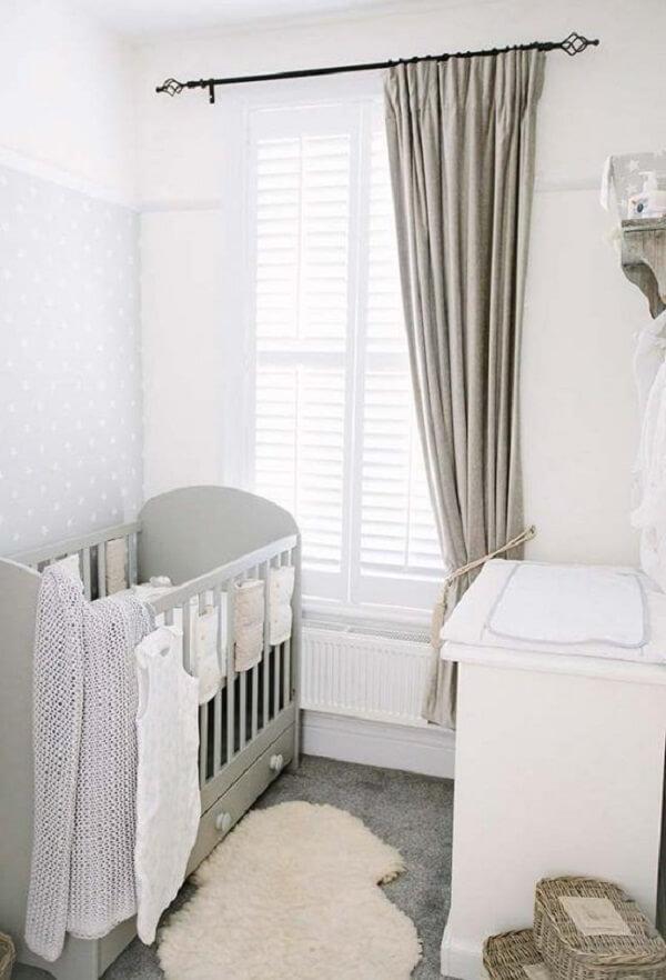 Cores neutras para esse quarto de bebê com berço com gavetas