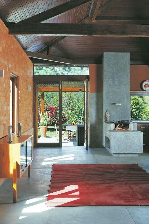 Cozinha com fogão à lenha revestida em cimento queimado