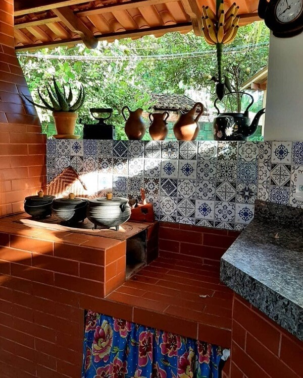 Cozinha com fogão à lenha simples