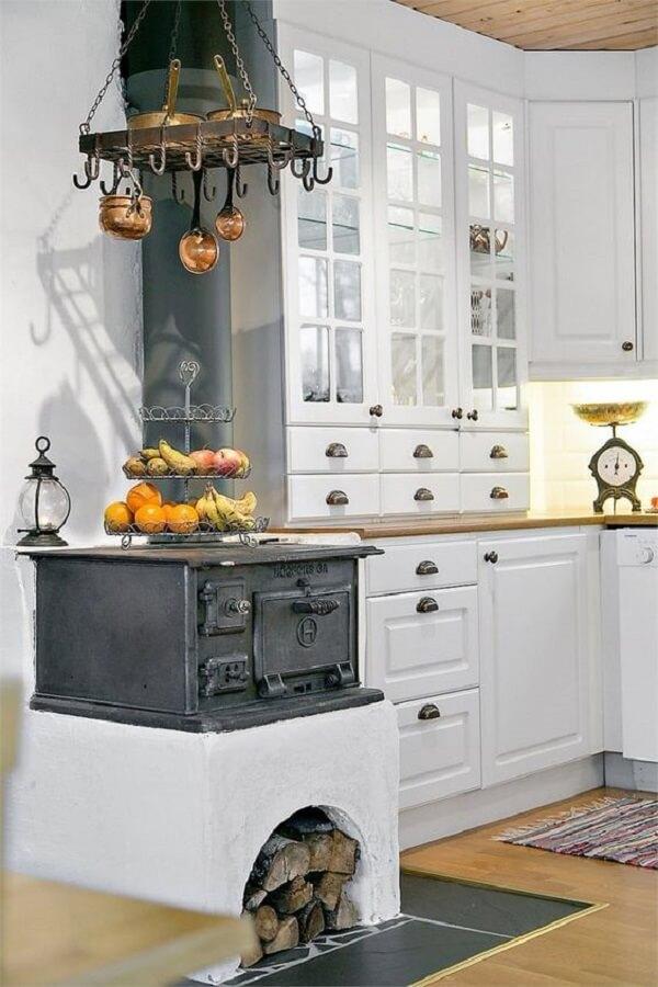Cozinha minimalista com fogão à lenha