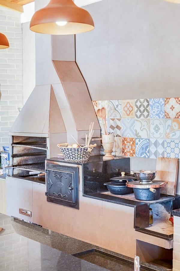 Cozinha moderna com fogão à lenha e churrasqueira pré-moldada