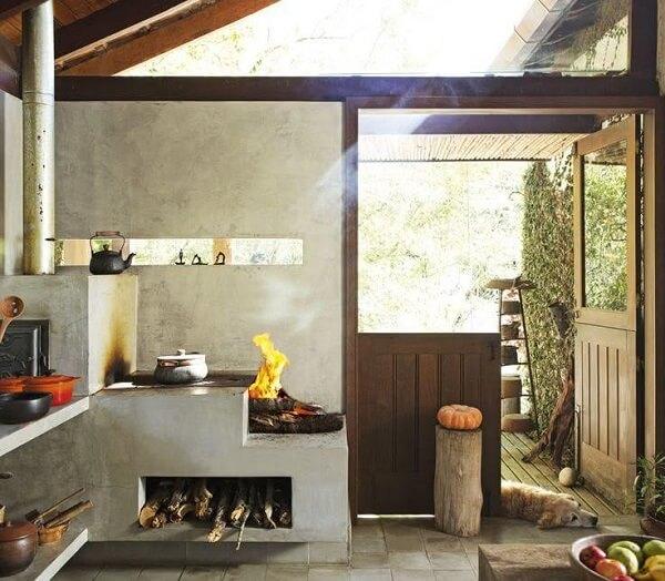 Cozinha planejada com fogão a lenha para casa de campo