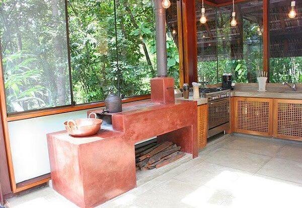Cozinha rústica com fogão à lenha para varandas com fechamento em vidro