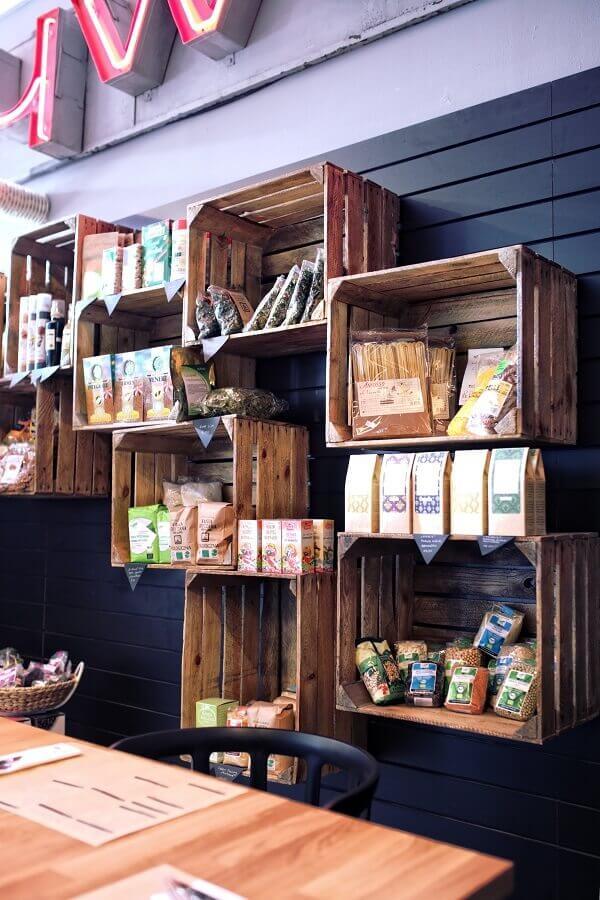 Cozinha rústica decorada com caixotes de feira Foto Unsplash