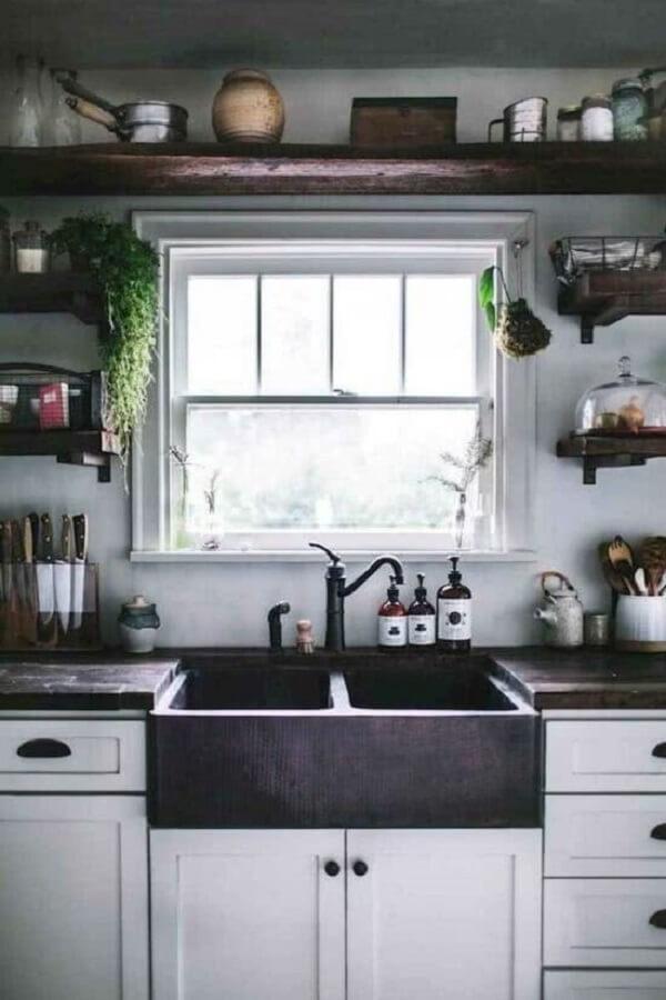 Cozinha retrô com janela guilhotina é puro charme