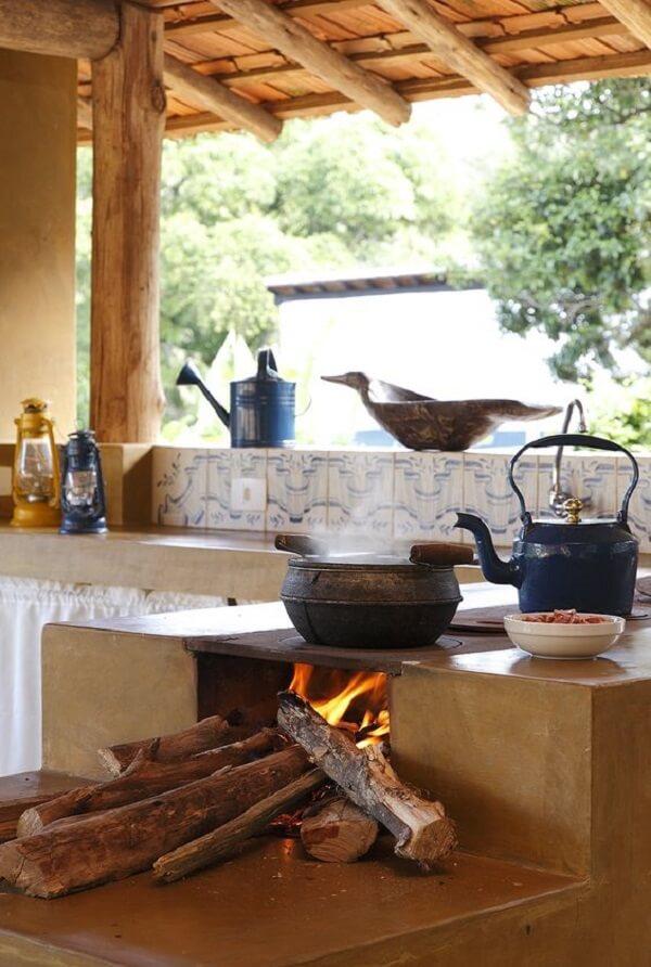 Cozinhar no fogão à lenha traz um gostinho diferenciado para a comida