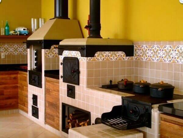 Crie uma área gourmet rústica com fogão à lenha e churrasqueira