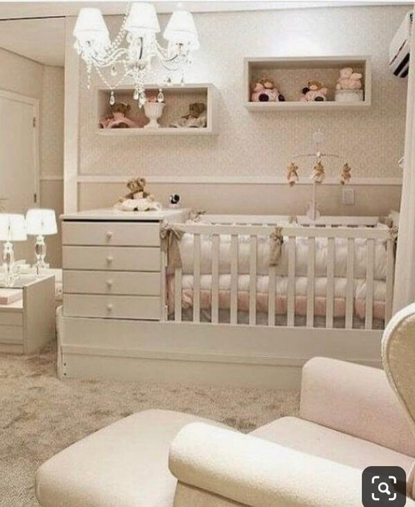 Decoração clean, atemporal e democrática para quarto de bebê com berço com gaveta