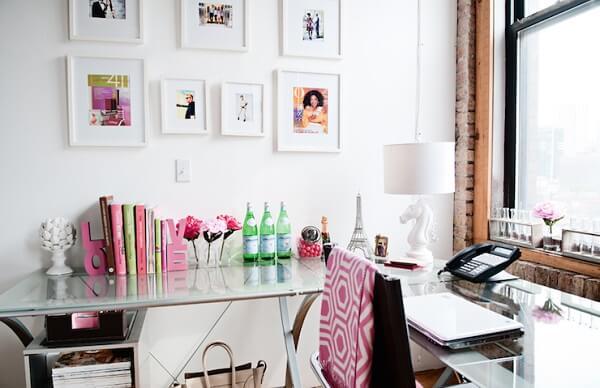 Decoração clean com mesa de vidro em L para escritório
