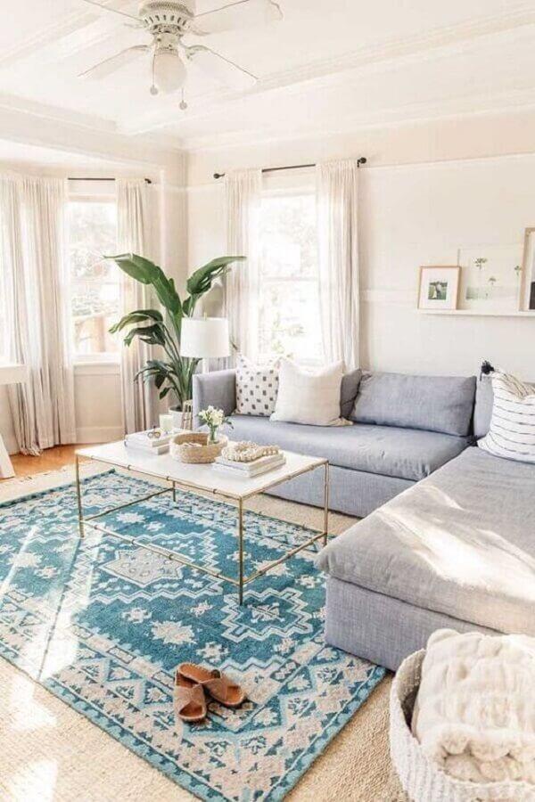 Decoração clean com sofá baú espaçoso