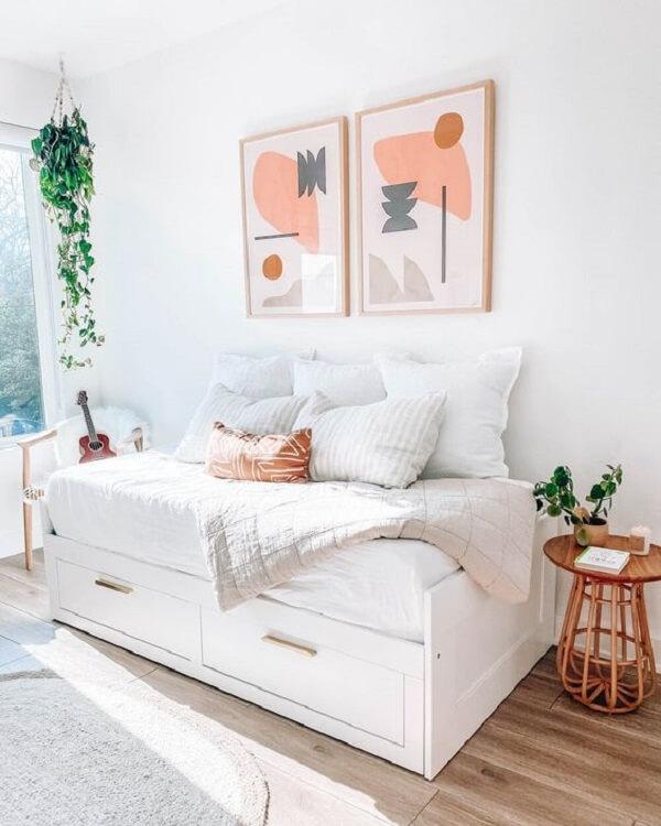 Decoração clean com sofá cama com baú branco