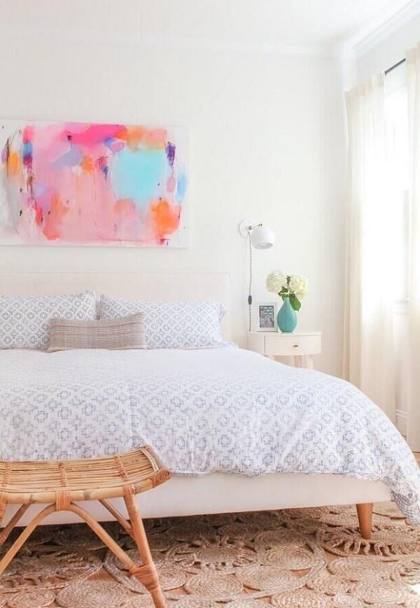 Decoração clean para quarto com quadro abstrato colorido