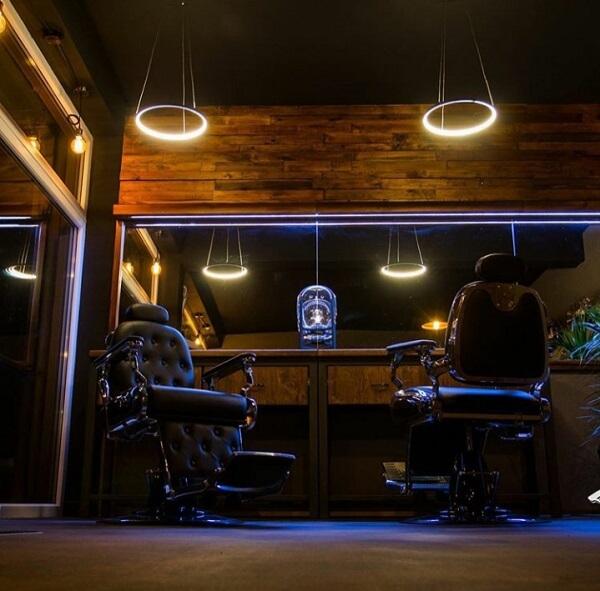 Decoração de barbearia com iluminação pontual
