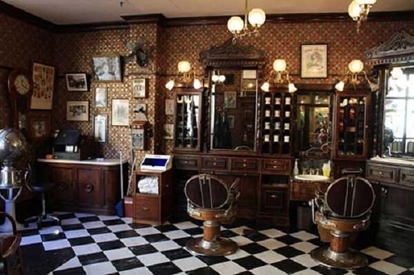 Decoração de barbearia simples retrô com papel de parede vintage