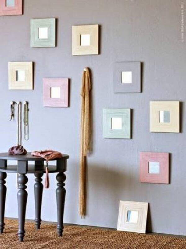 Decoração divertida com espelho quadrado pequeno com moldura colorida