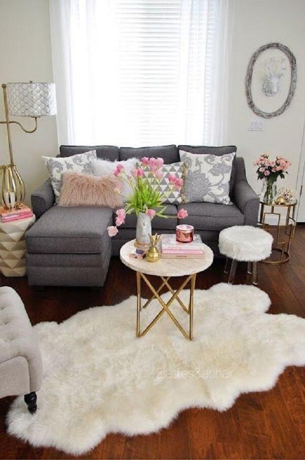 Decoração neutra com sofá baú 3 lugares com chaise cinza