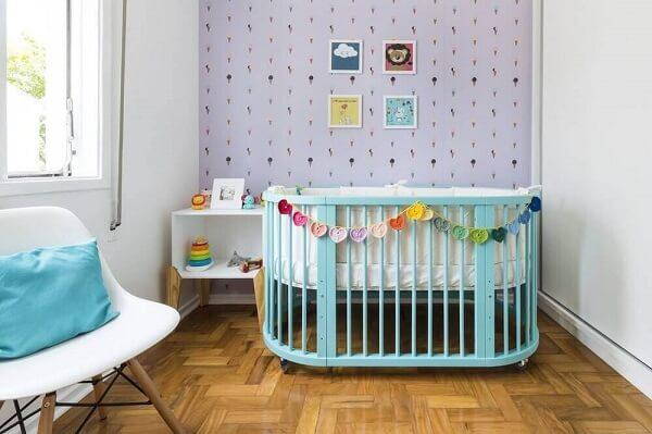 Decoração para quarto de bebê simples com quadros coloridos