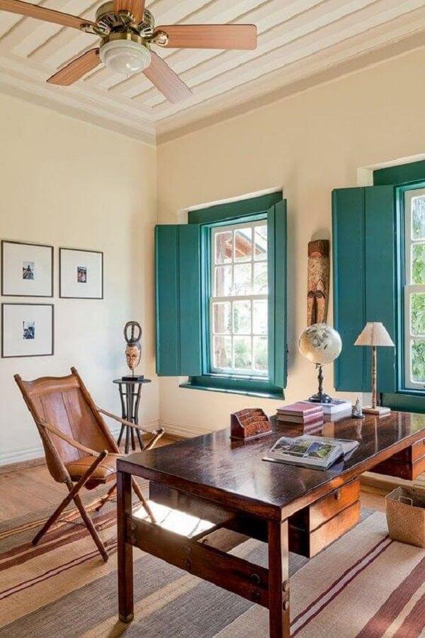 Decoração simples e marcante conta com a presença de janela guilhotina madeira azul