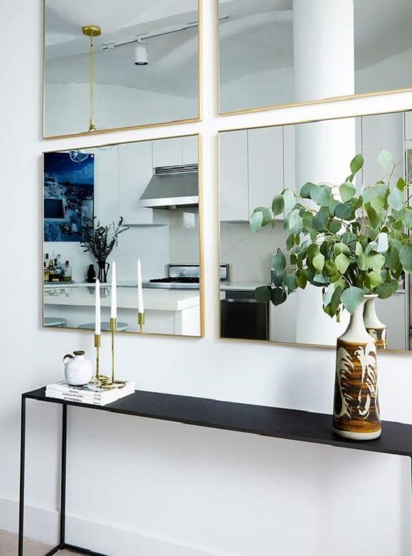 Decore a parede do aparador com espelho quadrado