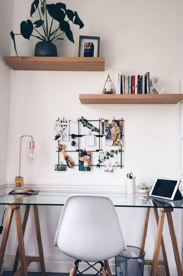 Em ambientes pequenos procure encostar sua mesa de vidro para escritório na parede