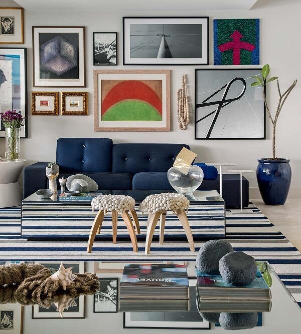 Em paredes maiores, utilize quadros coloridos menores formando uma composição diferente