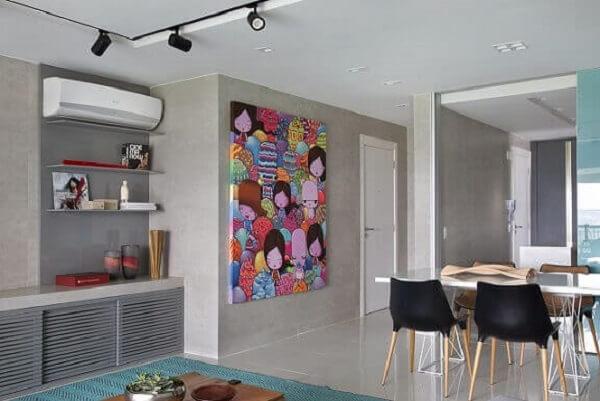 Em um espaço mais sóbrio, um quadro colorido pode ser exatamente o que faltava para trazer vida a decoração