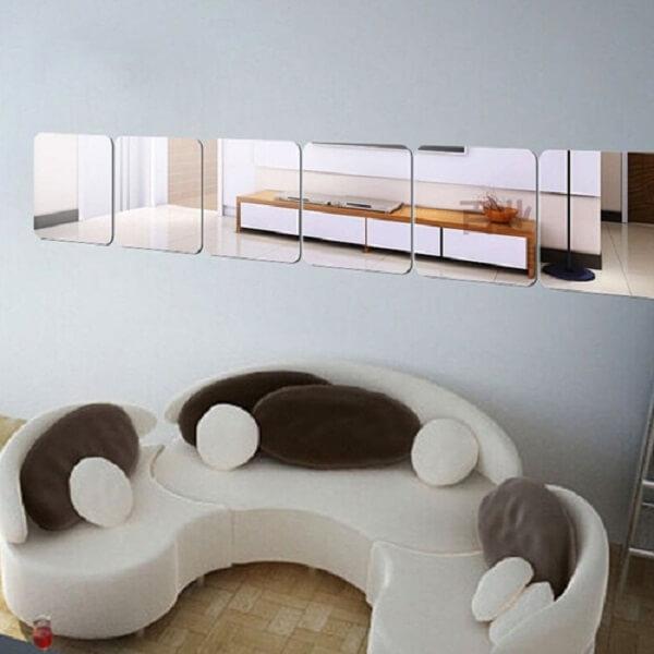 Espelho quadrado alinhado horizontalmente na parede