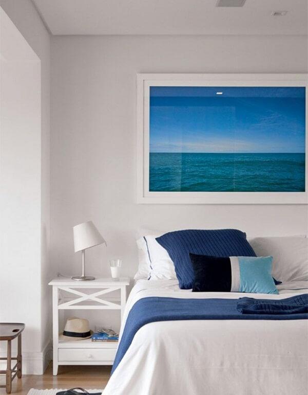 Faça com que os quadros decorativos do quarto se conectem com os demais elementos do ambiente