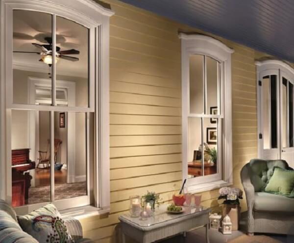Fachada clássica com janela guilhotina madeira branca