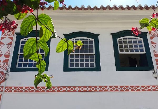 Fachada colonial com janelas guilhotina