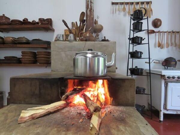 Hoje em dia é possível ter fogão à lenha mesmo em cozinhas mais modernas