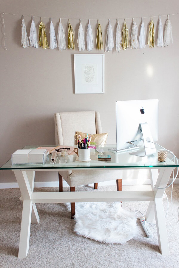 Home office clean com mesa de vidro