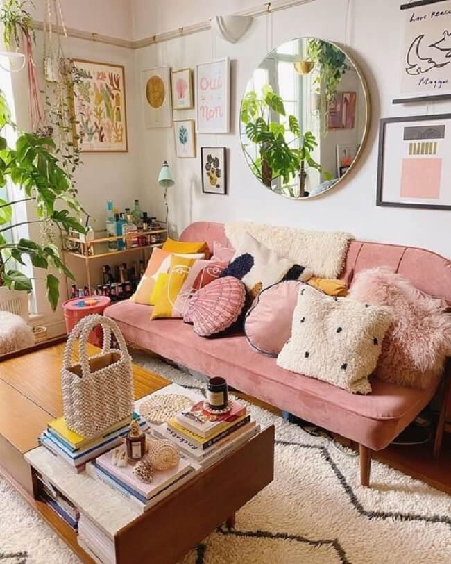 Móveis que esbanjam estilo e personalidade realçam a beleza da paleta de cores rosa e amarelo