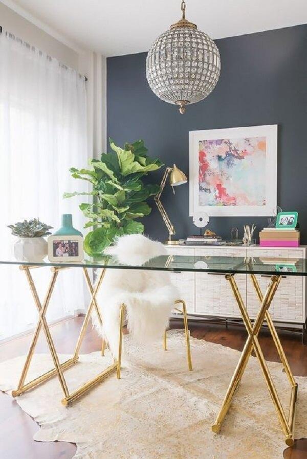 Mesa de vidro fumê para escritório confere uma decoração mais moderna