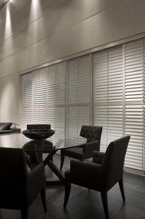 Mesa de jantar preta de vidro