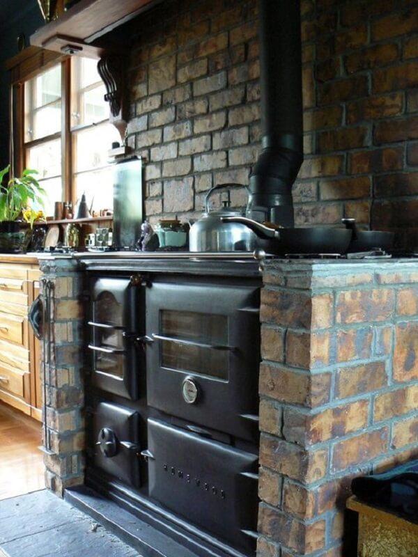 Mesmo as cozinhas pequenas podem ter um fogão à lenha