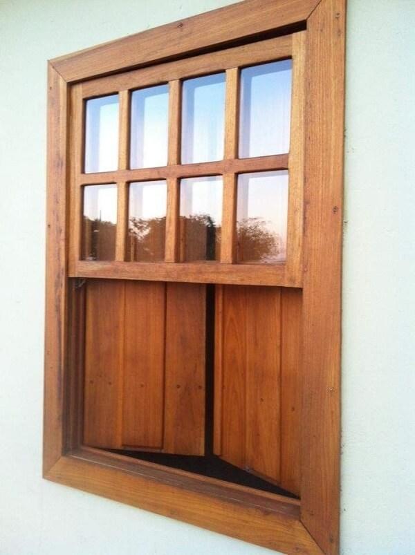 Modelo clássico e rústico de janela guilhotina madeira