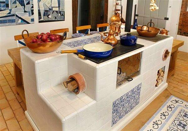 Modelo de cozinha com fogão a lenha simples