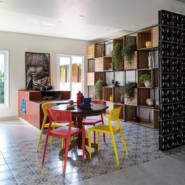 Modelo de cozinha moderna com fogão à lenha