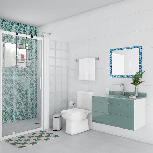 Modelo de espelho quadrado para banheiro com moldura em mosaico azul