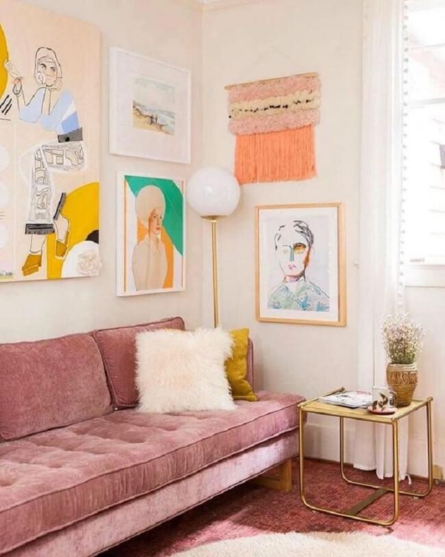 Nesse projeto o rosa é o grande protagonista e os quadros e pequenos móveis em amarelo completam o espaço