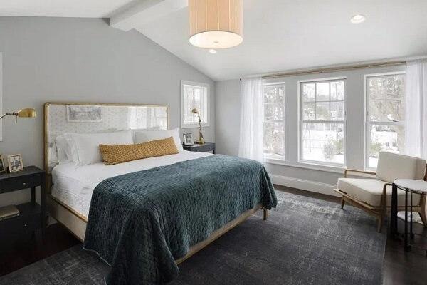 Nesse quarto de casal foi instalado várias janela guilhotina