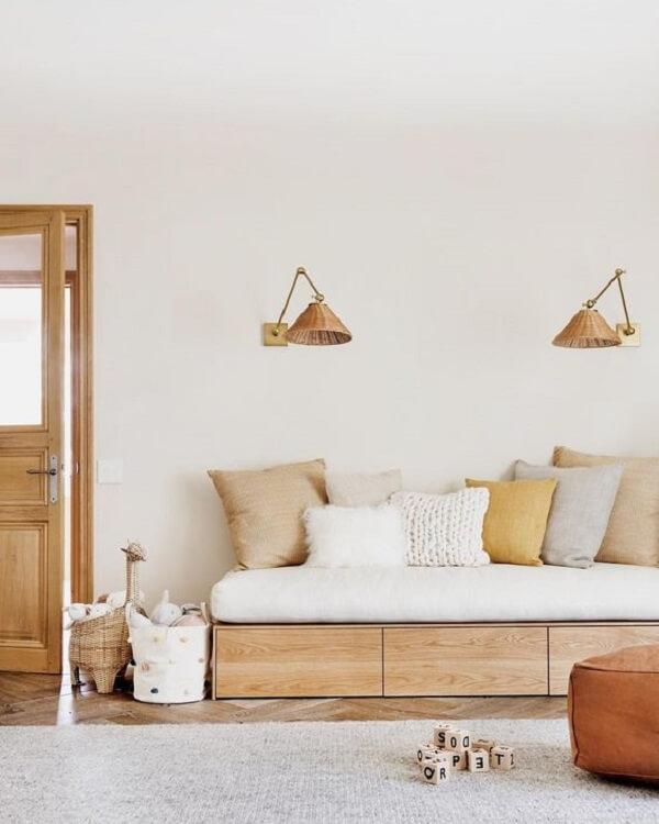 O acabamento em madeira do sofá baú traz um toque especial para a decoração