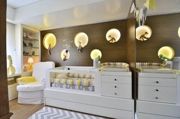 O berço com gaveta e trocador formam uma peça única e economiza espaço no quarto de bebê