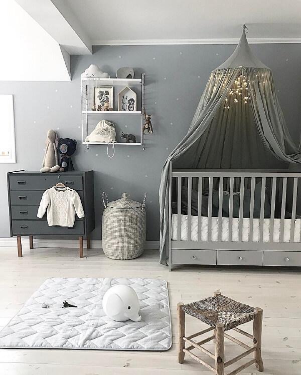 O berço com gavetas embutidas ajuda na organização do quarto do bebê