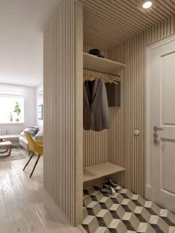 O cabideiro e a sapateira para hall de entrada ganharam um visual modernista com linhas verticais em madeira