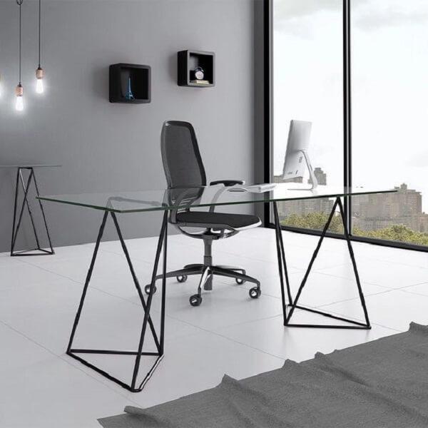 O design da base dessa mesa de vidro para escritório chama a atenção