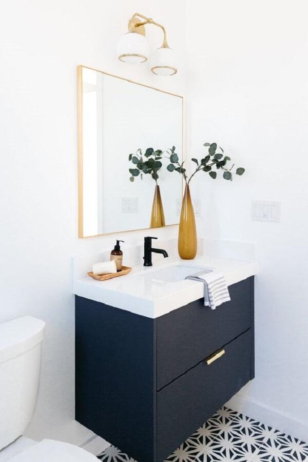 O espelho decorativo quadrado se conecta com a decoração clean