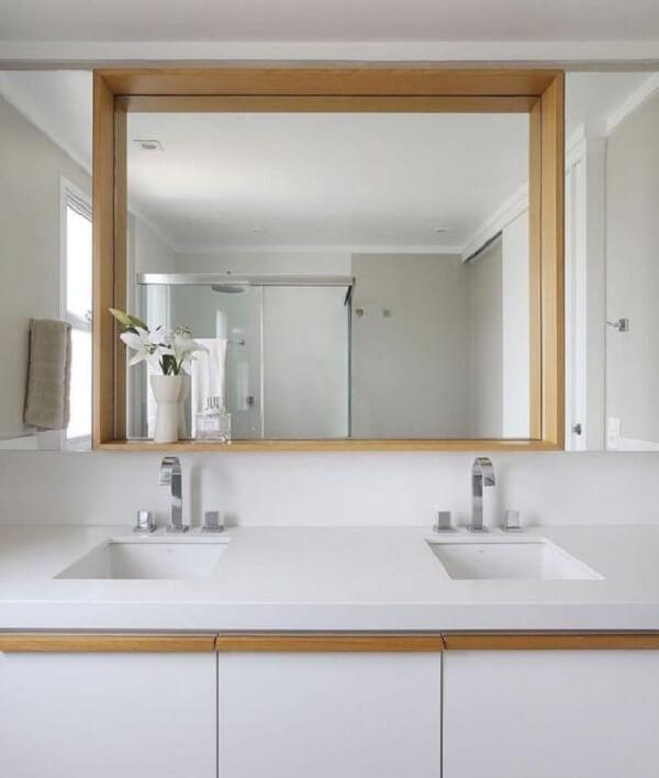 O espelho quadrado grande foi fixado na parede do banheiro